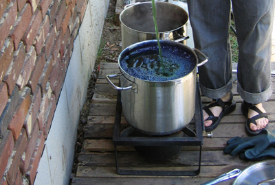 Adding oxygen to an over-reduced indigo vat (STRONGFELT STUDIO, 2006)